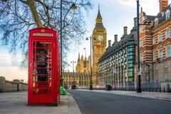Den iconic brittiska gamla röda telefonasken med Big Ben, London Arkivbilder