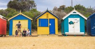 Den iconic färgglade stranden förlägga i barack och att bada boxas på Brighton Beach i Melbourne Royaltyfri Fotografi
