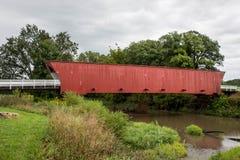 Den iconic hogbacken täckte bron som spänner över den norr floden, Winterset, Madison County, Iowa arkivfoton