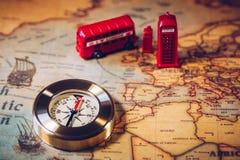 Den iconic röda bussen och Big Ben miniatyren med kompasset på översikten royaltyfria bilder