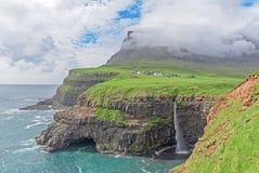 Den iconic vattenfallet av Gasadalur på Faroe Island och remoten Arkivbilder