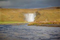 Den Iconic vattenfallet av Skogafoss Arkivbilder