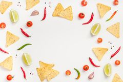 Den idérika bästa sikten lägger framlänges av nya mexikanska matingredienser med tomater för limefrukt för peppar för vitlök för  royaltyfri foto