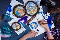 Den idérika miljön en person är förlovad i handarbetedreamcatchers Royaltyfri Foto