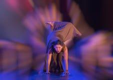 Den idrotts- dansflyttningen utförde vid Amerasian en tonårs- flicka royaltyfri foto