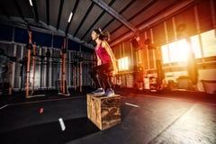 Den idrotts- flickan boxas hoppövningar på idrottshallen Arkivfoto