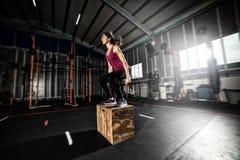 Den idrotts- flickan boxas hoppövningar på idrottshallen Arkivfoton
