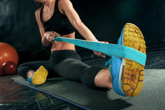 Den idrotts- kvinnan för brunett som övar med det rubber bandet royaltyfri fotografi