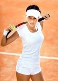 Den idrotts- kvinnan håller tennisracket Fotografering för Bildbyråer