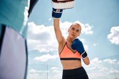 Den idrotts- kvinnan har stridutbildning i öppen luft arkivbilder