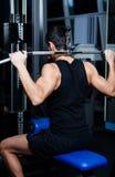 Den idrotts- manen fungerar ut på idrottshallutbildning royaltyfri foto