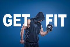 Den idrotts- mannen i sleeveless hoody posera halva-v?nd med dumbell i en hand p? bl? bakgrund med titel F?R F?RDIG royaltyfri illustrationer