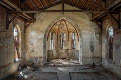 Den ihåliga inre av en gammal kristen kyrka arkivfoton