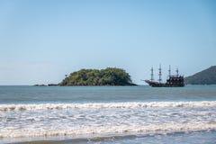 Den Ilha das Cabras ön och Touristic piratkopierar skeppet - Balneario Camboriu, Santa Catarina, Brasilien royaltyfria foton