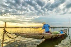 Den illavarslande sidan för man som förtjänar den morgonTam Giang lagun royaltyfria bilder