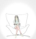 Den illustrationen av kvinnor som läser en bok, sitter på stor stol vid arbete för handattraktionkonst Fotografering för Bildbyråer