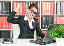 Den ilskna affärskvinnan önskar att bryta datoren arkivfoton