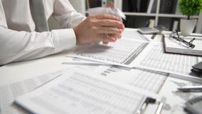 Den ilskna affärsmannen har spänning och problem med dåliga rapporter, bryter kastar han dokument och det