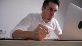 Den ilskna affärsmannen slår hans näve på tabellen Spänning på kontorsarbete Framstickandet visar agression lager videofilmer