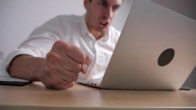 Den ilskna affärsmannen slår hans näve på tabellen Spänning på kontorsarbete Framstickandet visar agression stock video