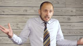 Den ilskna affärsmannen svär stock video