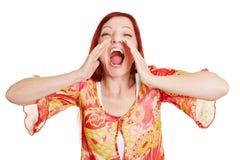 Ilsken kvinna som högt skriker royaltyfri bild