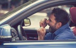 Den ilskna chauffören med nävar up att skrika royaltyfri foto