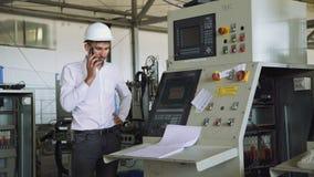 Den ilskna chefen som talar och gråter på telefonen i fabriken 4K stock video