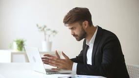 Den ilskna emotionella affärsmannen besvärade med plötsligt brutet hängande datorfel lager videofilmer
