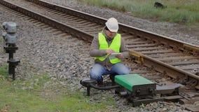 Den ilskna järnväg teknikern talar med arbetare arkivfilmer