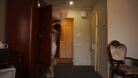 Den ilskna kvinnan kastar kläder ut ur garderoben stock video