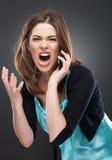 Den ilskna kvinnan ropar i telefon Arkivfoto