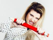 Den ilskna kvinnan rymmer den stora blyertspennan i hand arkivbilder