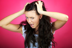 Den ilskna kvinnan skriker royaltyfri fotografi