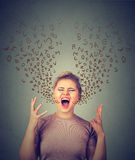Den ilskna kvinnan som skriker, alfabet märker att komma ut ur öppen mun Arkivbild