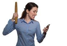 Den ilskna kvinnan som skriker och, hotar med kavlen som rymmer ett p Arkivbild