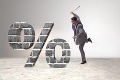Den ilskna mannen med baseballslagträet som slår procentsatstecknet fotografering för bildbyråer