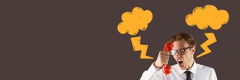 Den ilskna mannen på telefonen med blixtslag klottrar arkivfoto