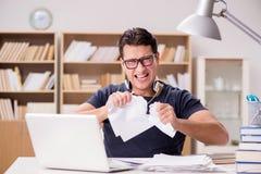 Den ilskna mannen som ifrån varandra tack vare river hans spänning för skrivbordsarbete arkivfoton