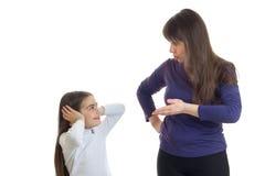 Den ilskna modern talar till hennes liten flicka Royaltyfria Foton