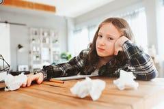 den ilskna och trötta barnflickan som har problem med hem- arbete som kastar skyler över brister med fel arkivbilder