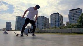 Den ilskna skateboarderen bromsar hans bräde arkivfilmer