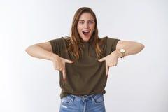Den imponerade förkrossade attraktiva kvinnan för tonåringen som 25s bär den tillfälliga dräktdroppkäken, roade det förvånade pek arkivbilder