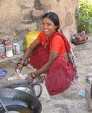 den india jpgen säljer bykvinnan Arkivfoto