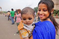 Den Indien kvinnan, moder och behandla som ett barn Royaltyfria Bilder