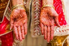 Den indiska bruden med henna målade på armen och händer Royaltyfri Fotografi