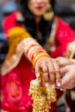 Den indiska bruden med henna målade på armen och händer Royaltyfri Foto