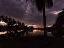 Den indiska byklimatsolnedgången med molnnatur älskar Bhimavaram Andhra Pradesh royaltyfri foto