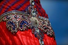 Den indiska färgrika klänningen med pärlor och kristaller på kulturfestivalen marknadsför Royaltyfri Foto