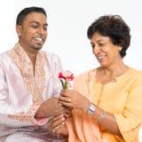 Den indiska familjen firar moderdag Arkivfoton